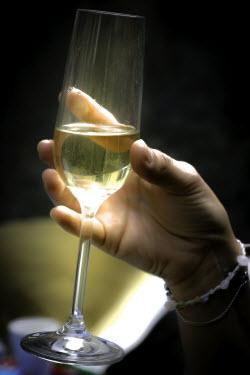 Weinglas als Symbol für Kundenvertrauen durch Verkosten